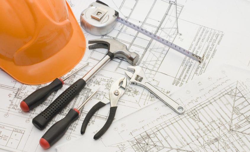 Projekt domu, kask i narzędzia budowlane